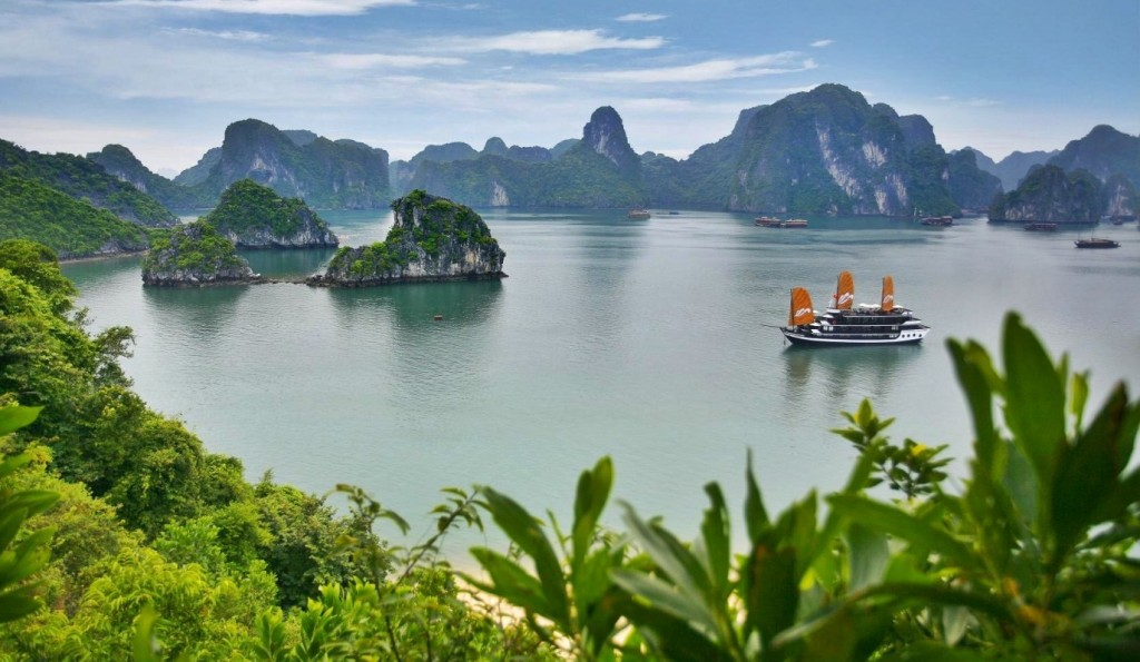 halong-bay-bay-vietnam-beach